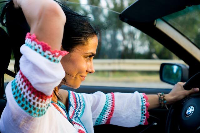 žena v BMW