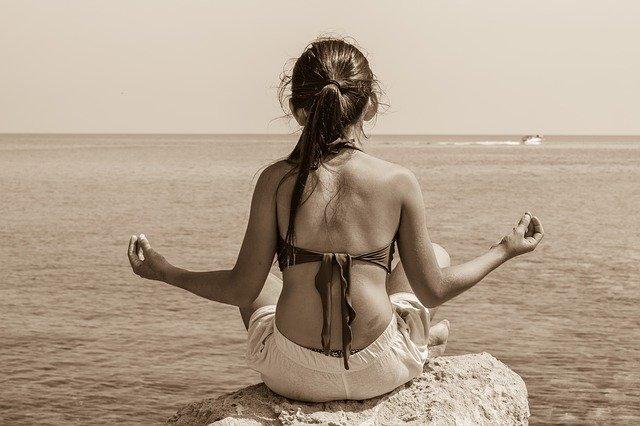 dívka při meditaci