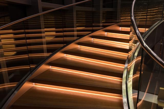 Detail na schody so skleneným zábradlím.jpg