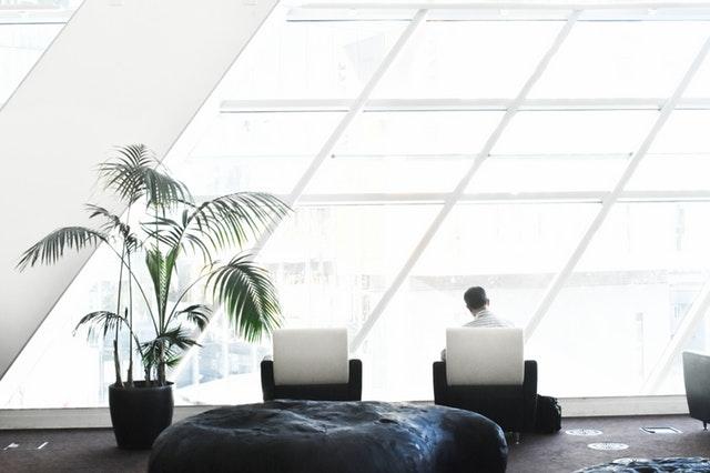 Moderne zariadená miestnosť s presklenou stenou.jpg