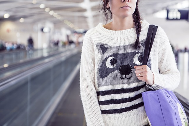 Letisko, žena na letisku, dievča, eskalátor