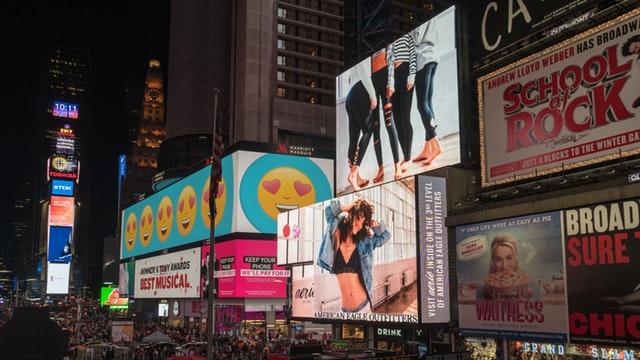 veľa reklám na budovách.jpg