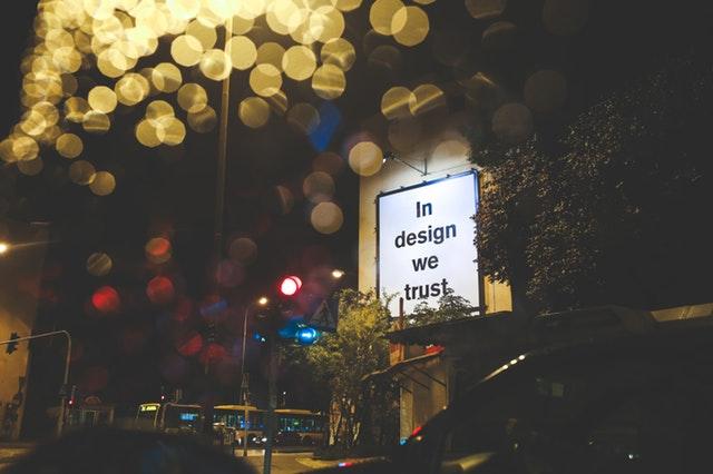 reklamný plagát vonku v noci.jpg