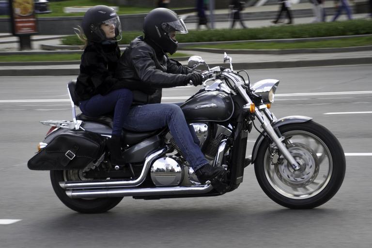 Motorkári, muž so ženou na motorke
