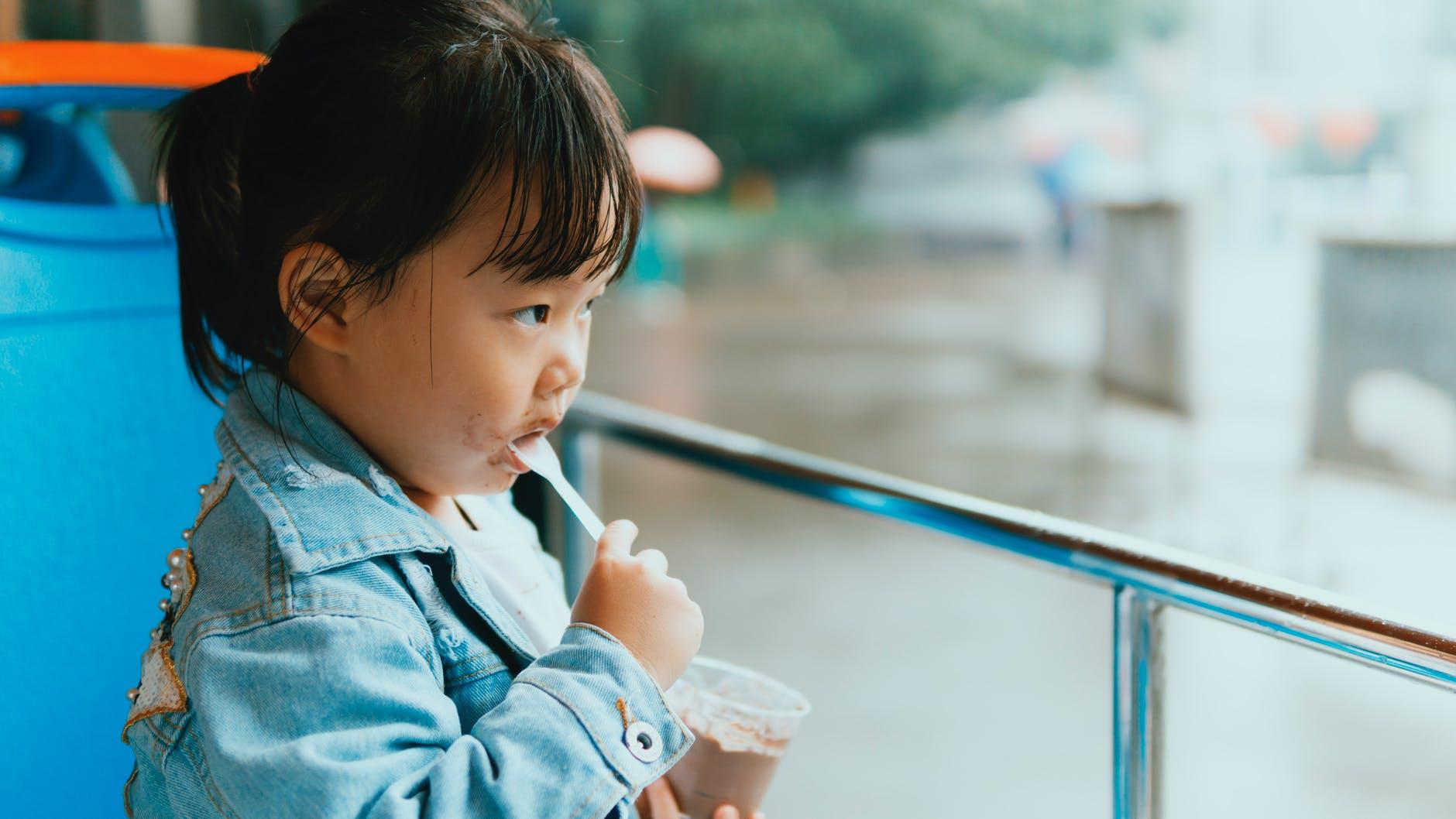 malé dieťa, jogurt