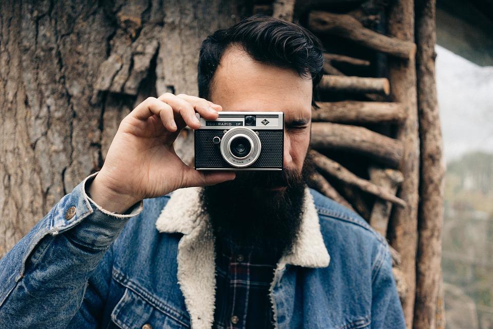 muž s fotoaparátom